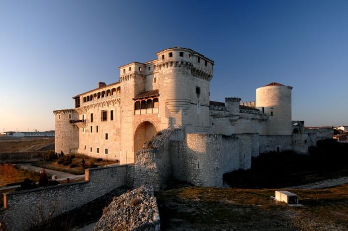 Vista_en_ángulo_del_castillo_de_Cuéllar